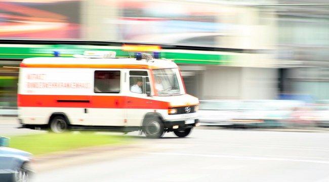 Beperelte a várost, mert részegen kiugrott egy mentőautóból