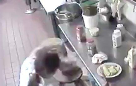 Feltolta magának a virslit a pincérnő, majd felszolgálta a vendégeknek