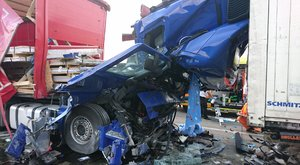 Döbbenetes erejű baleset: két kamion ütközött, az egyik felismerhetetlenre roncsolódott - fotó