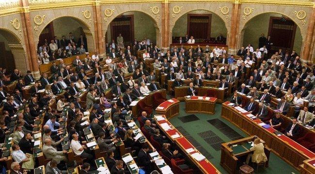 A Fidesz trükközve fogadta el a plakáttörvényt