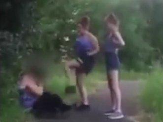Ez a videó bizonyítja, hogy a gyerekek szörnyű kegyetlenek tudnak lenni gyengébb társaikkal