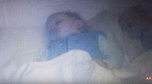 Hátborzongató fotó: szellem fekszik a baba ágyában?