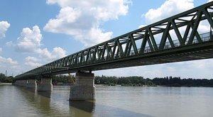 Le akart ugrani az Északi összekötő vasúti hídról egy férfi