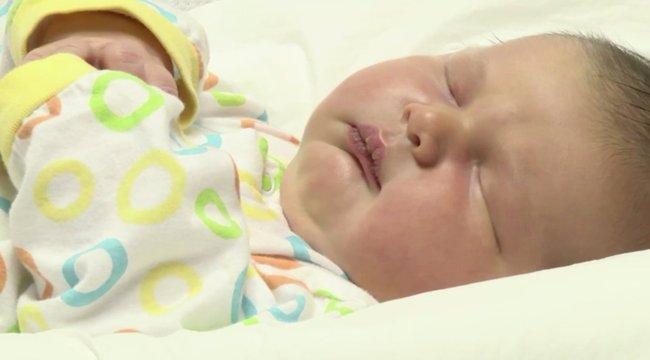 Nehéz szülés lehetett: hat és fél kilós kisfiút hozott a világra - videó