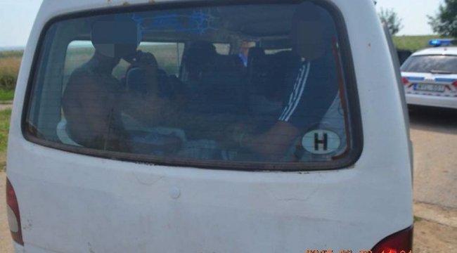 Nem érdemes így bővíteni a kisbuszunk üléseinek számát – Miskolcon is pórul jártak
