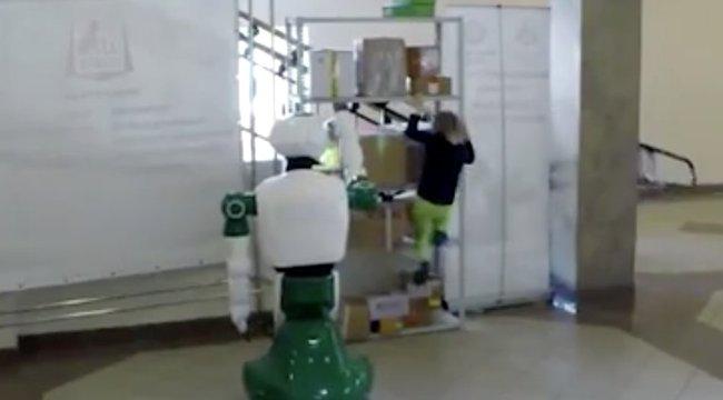 Ez a robot olyat tett a kislánnyal, amire még véletlenül sem programozták be - videó