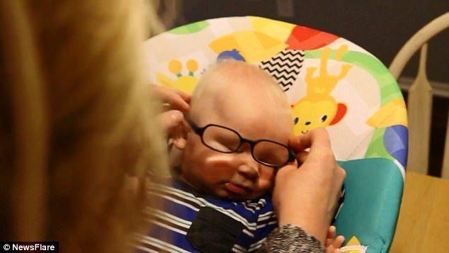 Ez a baba először látja az anyját bbececc385