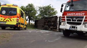 25 utassal borult fel egy busz Ceglédnél – képek