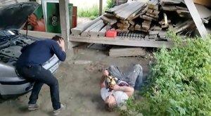 Ez az év egyik legviccesebb videója: jól átverte a haverját a láncfűrészes