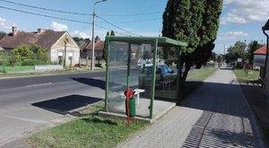 Háttal kell várni a buszt Marcalin
