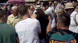Hajánál fogva rántottak a földre egy nőt Orbán beszéde alatt – videó
