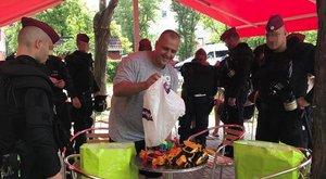 Razzia! Kipakoltatták a rendőrök a világbajnok bokszolótól a játék autókat