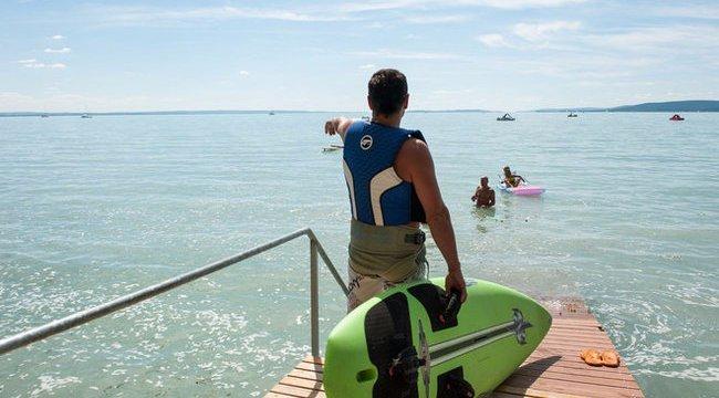 Örökre lebénulhat a Balaton sekély vizébe ugrott fiú