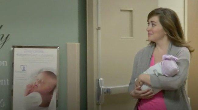 Kórházi hálóingben vezetett le egy szülést a vajúdó orvos