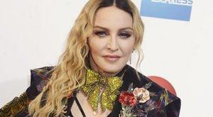 Öccse kitálal Madonnáról