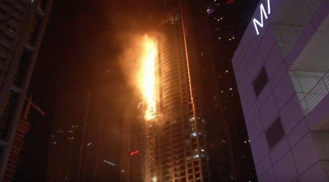 Hatalmas tűz Dubai legmagasabb felhőkarcolójában – videó