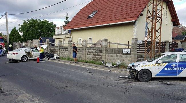 Rendőrautó ütközött egy kocsival Rákoshegyen – képek