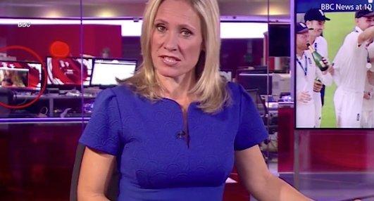 Ment a híradó, a háttérben pedig egy nő vetkőzött