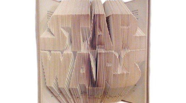 Könyvekből hajtogat szobrot Hajnalka