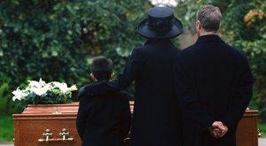 Sokkot kapott a család, mikor meglátták, mi van apjuk sírjában