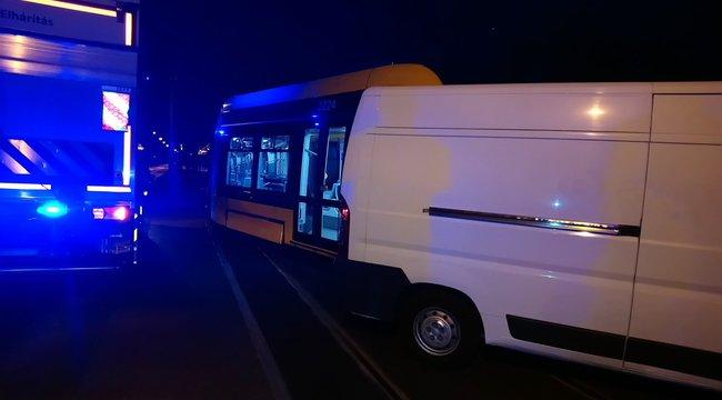 Villamossal ütközött össze egy kisbusz Budapesten – fotók