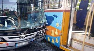 Turistabusz és villamos ütközött a Kálvin téren - fotók