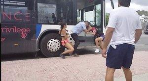 A földön rugdostáka buszsofőrt az utasok