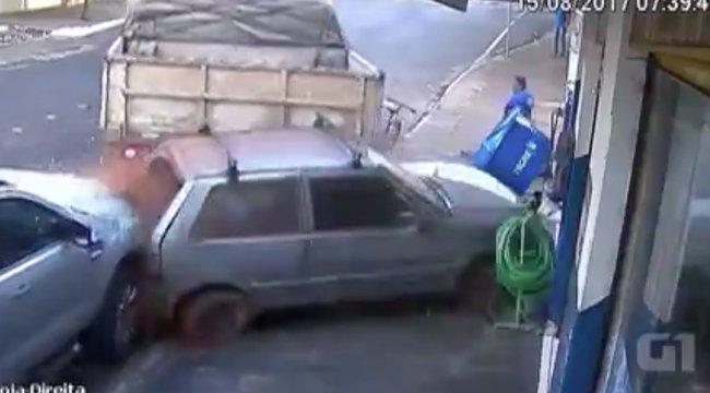 Kamion préselt egy kocsit az üzletben vásárló emberekre