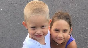 Testvéri szeretet gyógyítja a súlyos beteg négyéves Kamillát