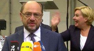 Mosolygott és integetett a politikus, miközben a barcelonai terrorról tartottak beszédet