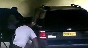 A benzinkútnál kigyulladt autóból mentett ki egy gyereket – videó