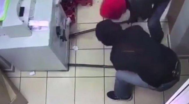 Ezek a hülyék Benny Hill-show-t csináltak egy rablásból - videó