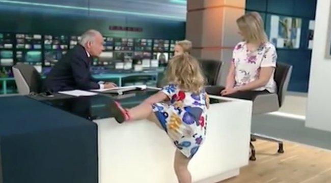 Így trollkodja szét egy kislány a komolynak szánt élő adást - videó