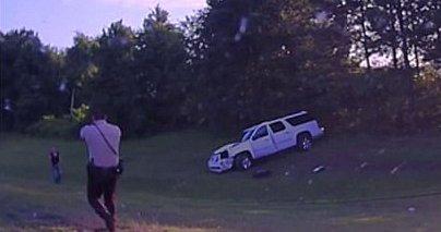 Rálőtt a rendőrökre, miután balesetet szenvedett a 50 éves nő (videó)