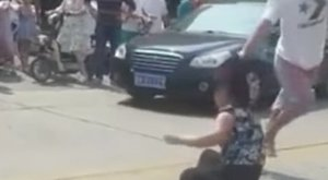 Nyilvánosan verte szét apja szeretőjét, megdöbbentő, hogy miért – videó