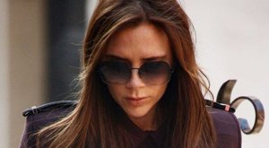 Victoria Beckham a hibátlan bőrért kampányol, ám villantás lett a dologból - fotó