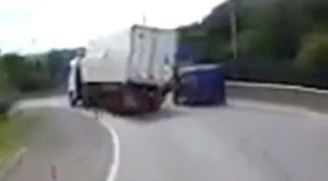Horrorbalesetet rögzítettek: teherautó dőlt a furgonra - videó