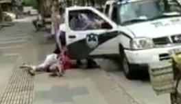 Brutális: csecsemőjével együtt csapták földhöz a rendőrök az anyát - videó