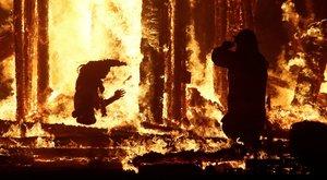 Túltolta a bulit: belerohant a tűzbe egy férfi a fesztiválon – képek