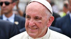 Kisebb baleset érte Ferenc pápát