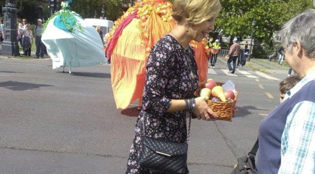 Szakadt cipőben osztott gyümölcsöt a polgármesteraz Andrássy úton – fotó