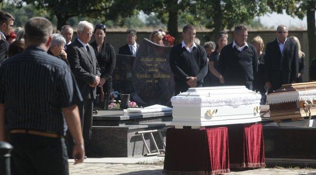 Hajdúszoboszlói tragédia: közös sírba temették a hatéves Milánt és édesanyját