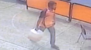 Bement a bankba, de nem pénzt vett fel, és nem is rabolt