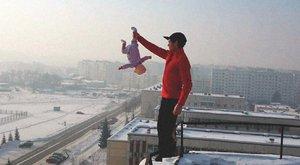 Normális?! Kilenc emelet magasságban lóbálta babáját