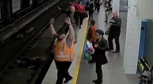 Elvesztette eszméletét, egyenesen a metró elé zuhant – videó