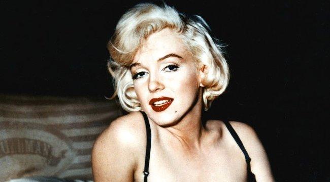 Márvány mellbimbóval manipulált Monroe