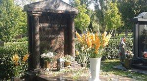 Saját sírját látogatja Schmuck Andor
