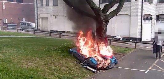 Embertelen: rágyújtotta a sátrat az alvó hajléktalanra (videó)