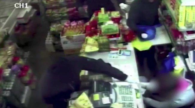 Sokkoló videó: elképesztő bátran küzdött a savval lelocsolt eladónő