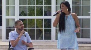 Ritka pillanat: állva énekel az X-Faktor kerekesszékes énekese - videó